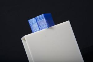 Comparacion de acabado y materiales de una pieza impresa con makerbot y una profesional.
