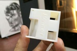 Mano sosteniendo prototipo logo Aqualogy definitivo impreso 3D.